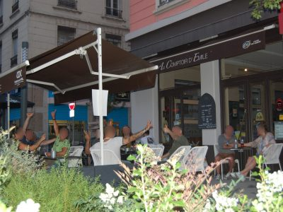terrasse-apero-soiree-amis-bar-au-comptoir-d-emile-charpennes-villeurbanne-lyon