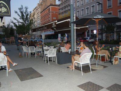 terrasse-café-bar-au-comptoir-d-emile-charpennes-villeurbanne-lyon